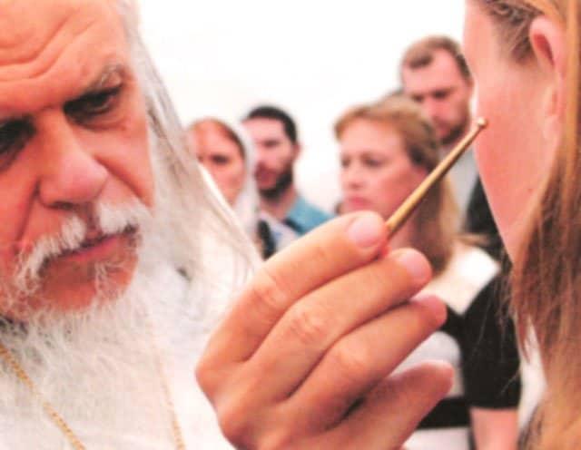 Епископ Пантелеймон (Шатов) совершает Таинство Миропомазания во время одной из миссионерских поездок. Фото Екатерины Степановой