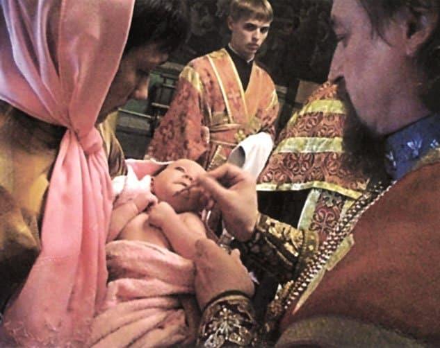 Архиепископ Белгородский и Старооскольский Иоанн миропомазует новокрещенного младенца. Фото игумена Агафангела (Белых)