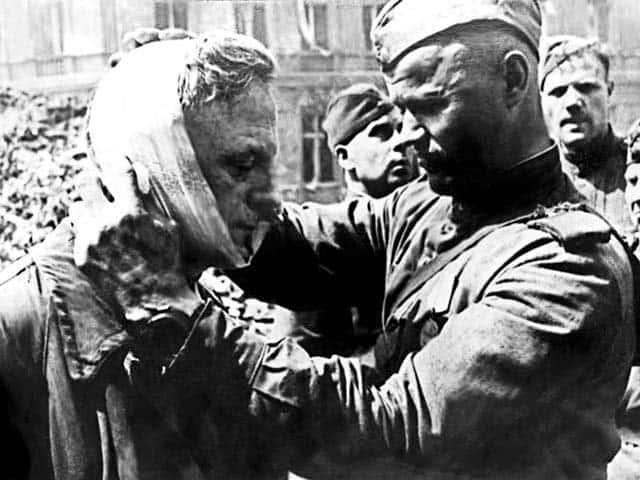 Советский солдат перевязывает пленного гитлеровца