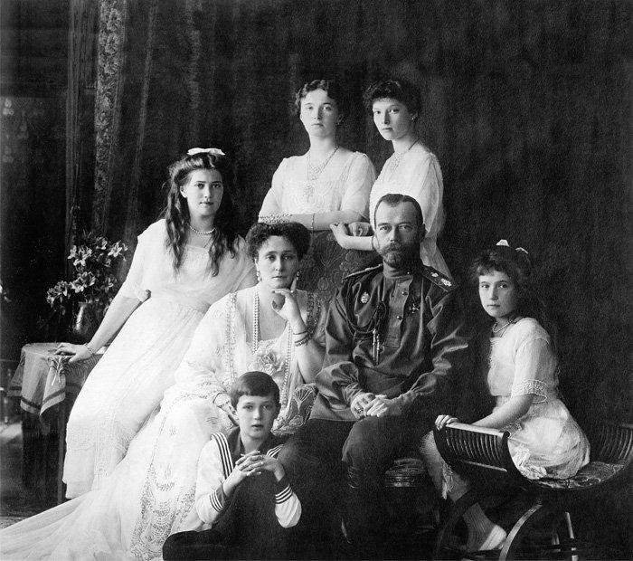 Семья Николая II: Александра Федоровна и дети — Ольга, Татьяна, Мария, Анастасия и Алексей. 1913 г.