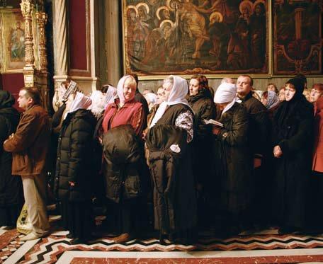 Паломники ждут очереди поклониться главной святыне Храма Гроба Господня — Святой Гробнице. Фото Владимира Ештокина