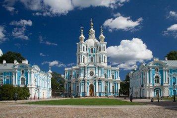 Смольный собор в Санкт-Петербурге построен в стиле барокко и входит в ансамбль Смольного монастыря.