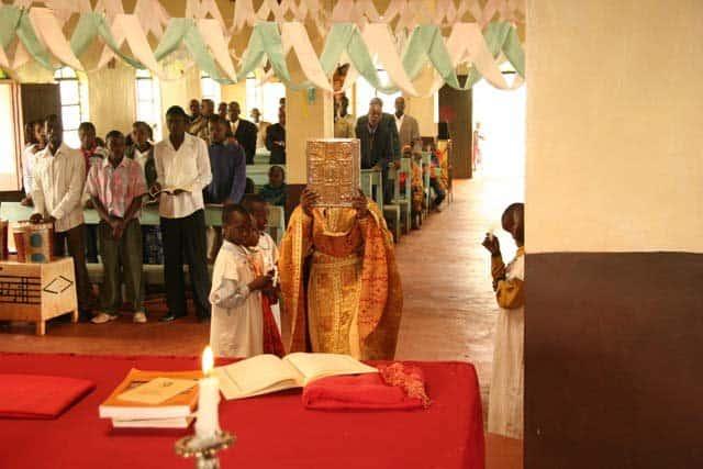 6184_13 Всемирното Православие - НА ВЪЗКРЕСЕНИЕ ХРИСТОВО В АФРИКАНСКИ СЕЛСКИ ХРАМ