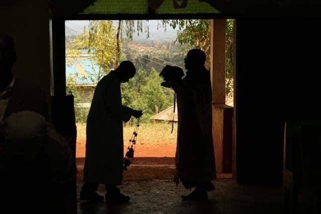 6184_20 Всемирното Православие - НА ВЪЗКРЕСЕНИЕ ХРИСТОВО В АФРИКАНСКИ СЕЛСКИ ХРАМ