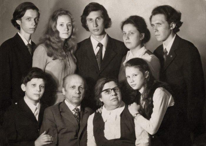 Семейное фото. 1975 г. В первом ряду – Василий, о. Глеб, Лидия Влади- мировна, Мария; во втором – Кирилл, Анна (жена Сергея), Сергей, Александра, Иоанн