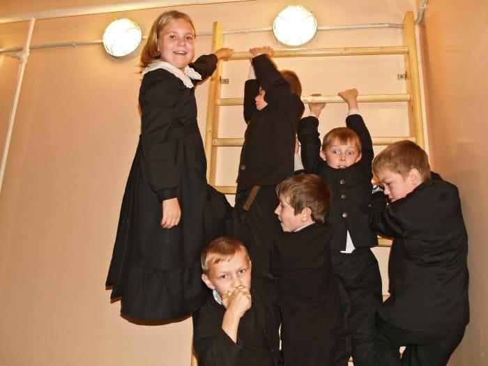 На переменах учеников младших классов пускают в спортзал, там они веселятся по максимуму.
