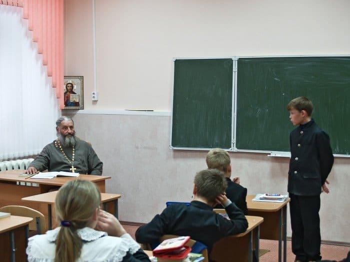 Урок Закона Божиего в шестом классе ведёт духовник гимназии, протоиерей Игорь Иудин