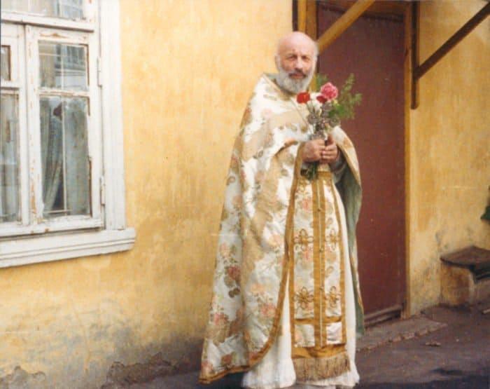 Во дворе храма Илии Обыденного, 1991 г.