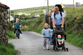 Дорожки к развалинам древних обителей никогда не зарастают. Любовь к своему прошлому ирландцам привита с детства. Фото Владимира Ештокина