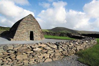 Часовня Галларус в графстве Керри (около VI века) — один из лучших образцов раннехристианской церкви Ирландии. По форме напоминает перевернутую лодку. Фото Владимира Ештокина