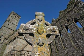 Знаменитый кельтский крест в круге — символ ирландского христианства. Круг в этих массивных конструкциях играл чисто техническую роль, поддерживая каменные рукава. Позже стал восприниматься как символ вечности. Фото Владимира Ештокина