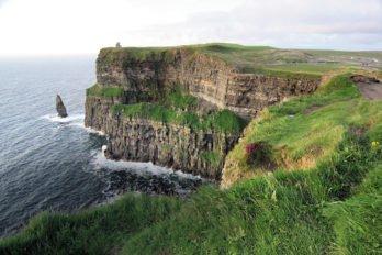 Скалы Мохер в графстве Клер — истинная природная жемчужина Ирландии. В XIX веке на самом мысу скалы была построена башня О'Брайан. В хорошую погоду с ее стен видны Аранские острова, излюбленное место ирландских монахов. Фото Владимира Ештокина