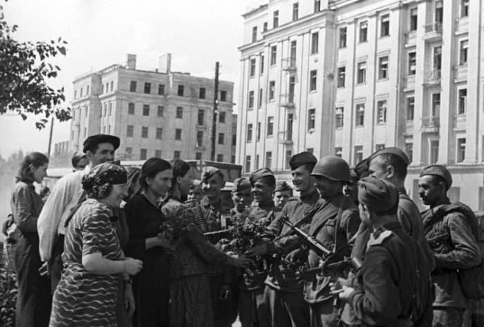 Жители Минска встречают воинов 2-го Белорусского фронта. Великая Отечественная война 1941-1945 годов.