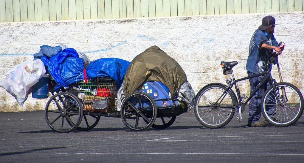Как правильно помочь бездомному
