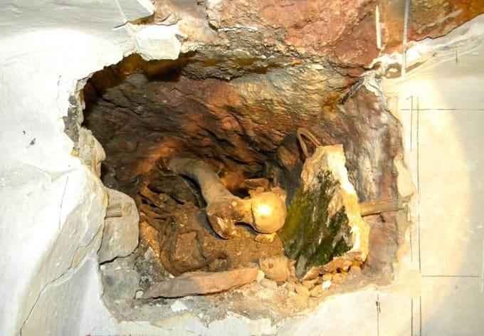 Неизвестное захоронение обнаружили археологи в Киево-Печерской лавре