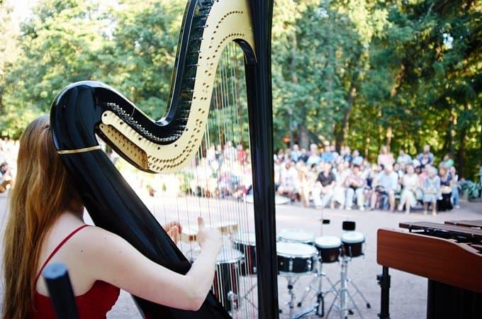 Очередной концерт «Музыка в саду» собрал более 26 тысяч рублей на помощь тяжелобольным