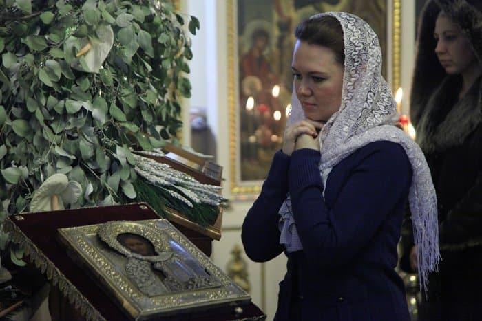 Можно ли женщине молиться дома без платка на голове?