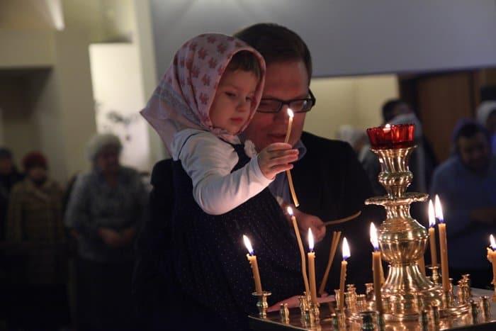 Куда в храме ставить свечки?
