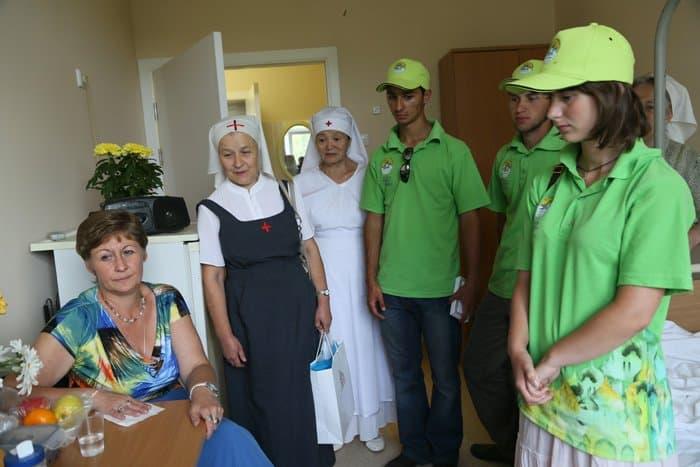 Волонтеры навестили в больницах пострадавших в аварии в московском метрополитене: фоторепортаж