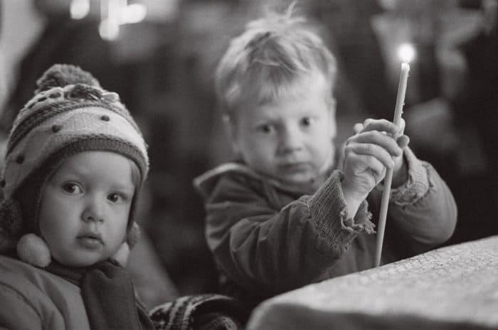 Почему в храме принято зажигать свечи?