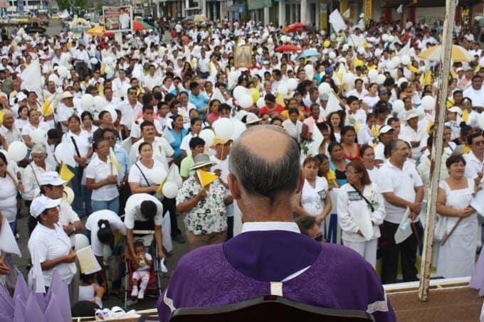 В Эквадоре началось многокилометровое шествие со статуей Пресвятой Богородицы