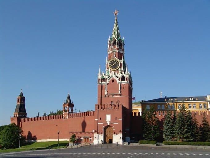 В Кремле для прохода туристов открыли ворота Спасской башни