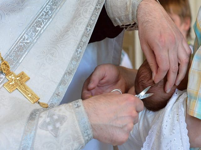 Почему в Церкви во время Таинства Крещения человеку отрезают прядь волос?