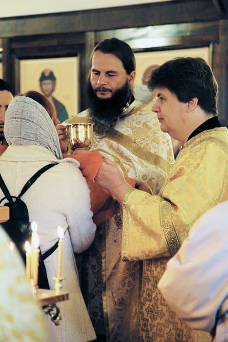 Причастие во временном храме при МГИМО, справа алтарник — Ярослав Скворцов