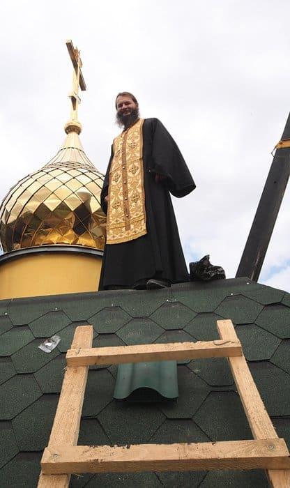 Протоиерей Игорь Фомин во время установки купола на временный храм