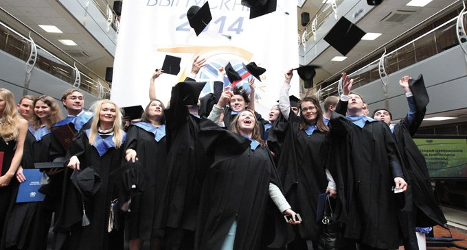 Выпускники МГИМО на вручении дипломов: традиция – она и есть традиция. Фото Игоря Лилеева