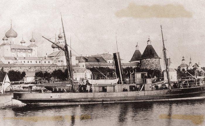 Пароход «Лейтенант Овцын» на причале у Соловецкого монастыря. Открытка конца XIX в.