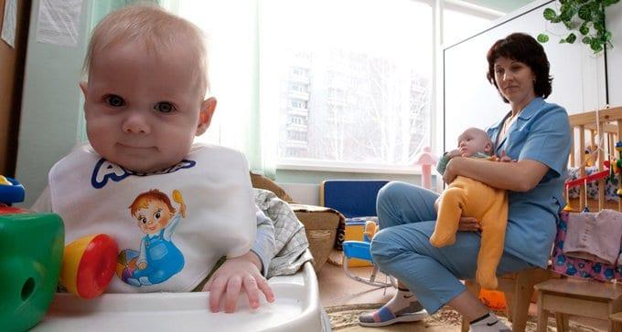 Детдомов и сирот в России становится меньше