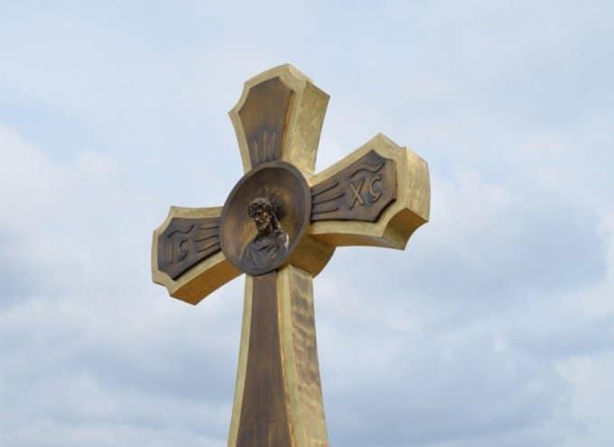 В память о погибших детях в Беслане освятили поклонный крест
