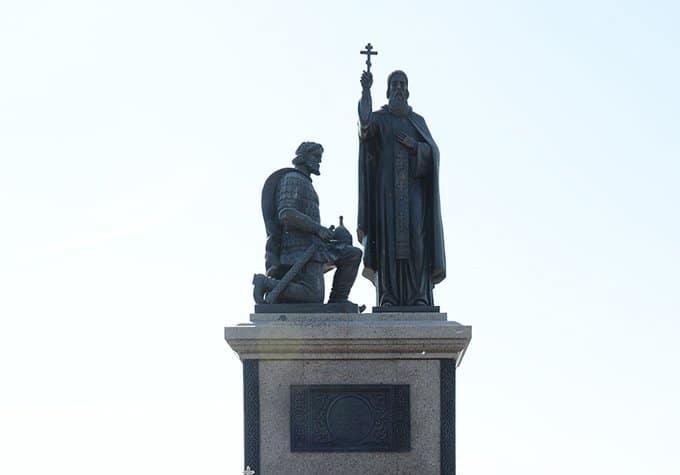 Патриарх Кирилл освятил памятник сразу двум святым