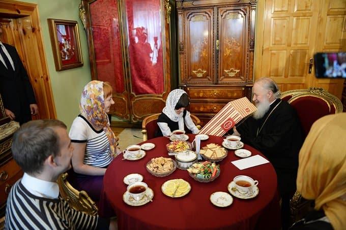 Патриарх Кирилл встретился с усыновленной по его призыву девочкой