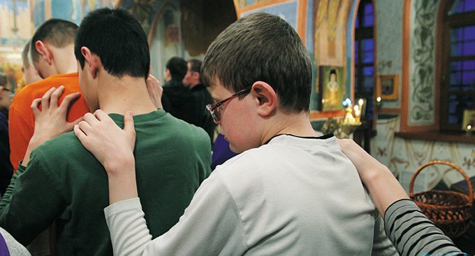В Церкви призвали готовить священников для работы со слепоглухими