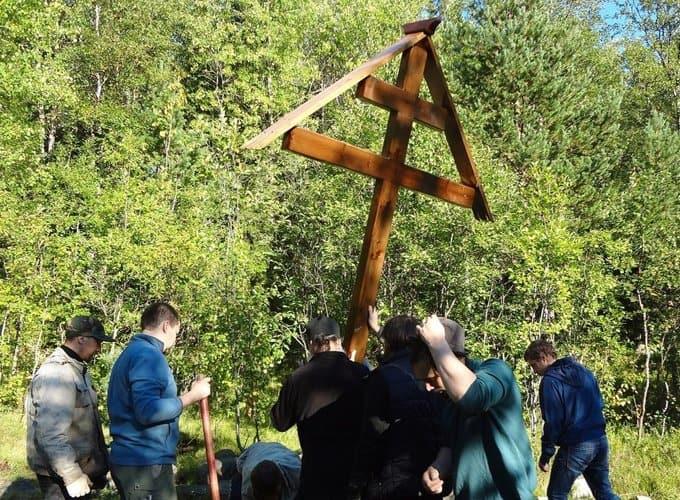 На месте захоронений узников Соловецкого лагеря установили памятный крест