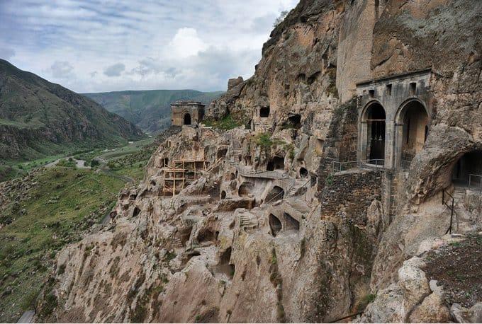 В Грузии займутся спасением уникального горного монастыря