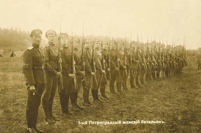 1-й Петроградский женский батальон на построении. 1917
