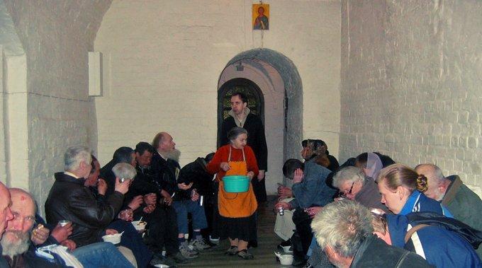 Церковь планирует помогать бездомным при храмах и монастырях