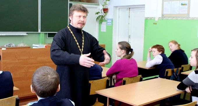 В школах Москвы разрешили рассказывать о православии после уроков