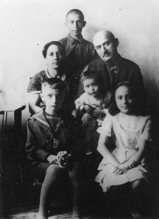 Семья Тахо-Годи, 1936 год: в первом ряду слева направо: Махач и Аза, второй ряд – Нина Петровна Тахо-Годи (урожд.Семенова), Алибек Алибекович Тахо-Годи с дочерью Муминат, в третьем ряду – Хаджи-Мурат.