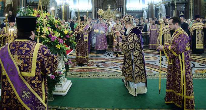 Почему в Церкви облачения у священников разного цвета?