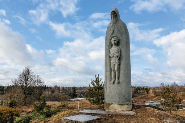 Церковь Преображения Господня и памятник преподобному Сергию Радонежскому