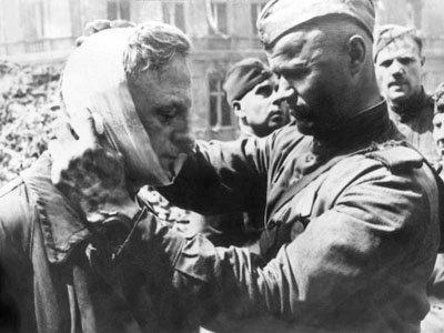 советский солдат перевязывает раненого гитлеровца