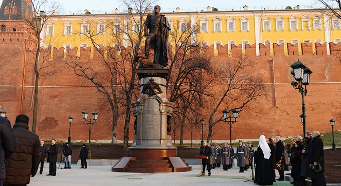 Патриарх Кирилл освятил памятник Александру I у стен Кремля