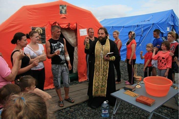В июле 13 священнослужителей, прошедшие курсы МЧС (первые выпускники курсов «Комплексная помощь в кризисных ситуациях»), начали работу в пунктах временного размещения в Ростовской области. В формируемых лагерях для беженцев трудами духовенства