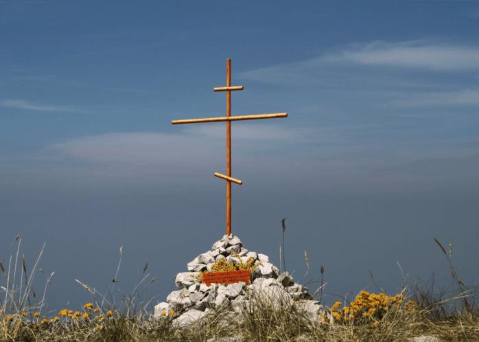 Крест, установленный «вестниками», в память о русских эмигрантах в Черногории