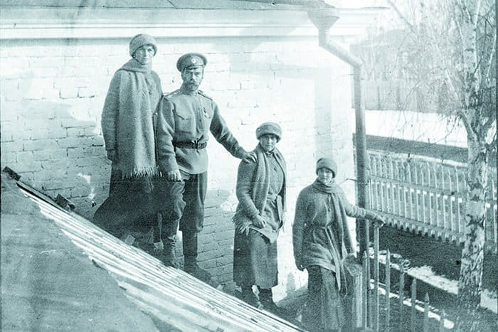 После революции: Николай Романов сдочерьми Ольгой, Анастасией иТатьяной вссылке. Тобольск, зима 1917