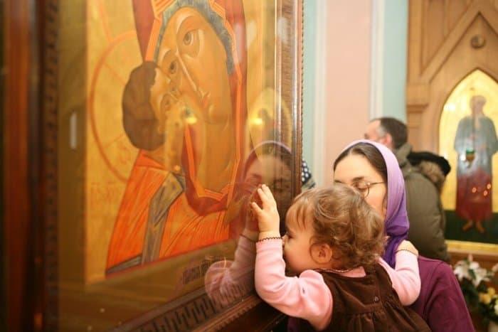 Почему в Церкви перед иконами не только молятся, но и целуют их? Для чего это нужно?